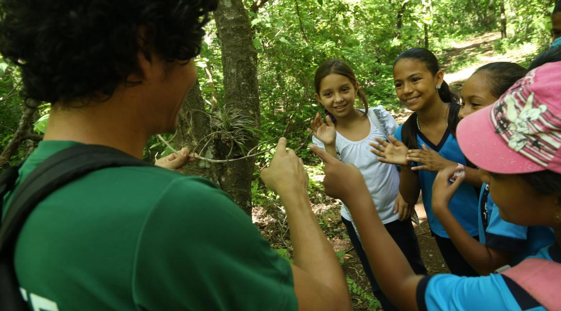 Projects Abroad volunteer talks to local children about the importance of protecting the environment in Costa Rica.